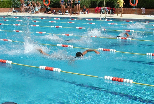 El ayuntamiento de valdemoro lanza la oferta de cursos de nataci n para el verano la revista - Piscina de valdemoro ...